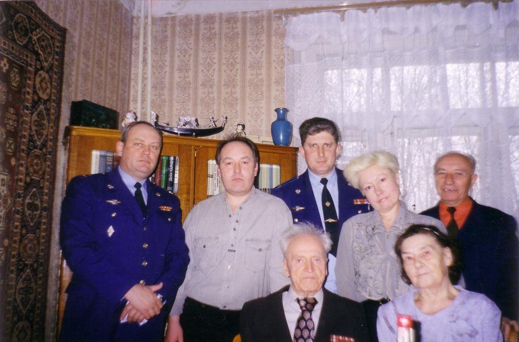 Салов В.Г. с семьей и близкими друзьями. 2001 год.JPG
