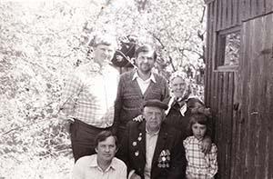 В саду с сыновьями и внучкой Катей